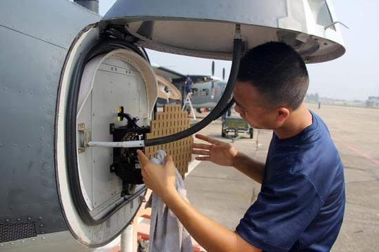 运-12D运输机也装备有小型气象雷达,这个可以帮助该运输机在飞行途中探测到恶劣天气的征兆,可以预先改变航向以保证安全。