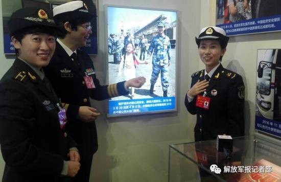 展览现场右一为郭燕。记者冯凯旋摄