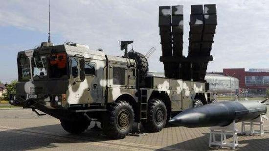 旁邊就是白俄羅斯生產的M20導彈