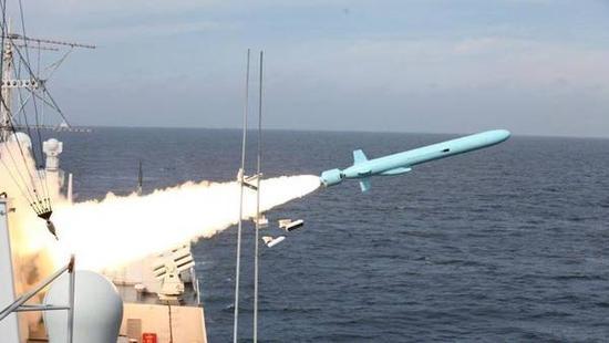图注:052C型导弹驱逐舰发射鹰击-62反舰导弹。