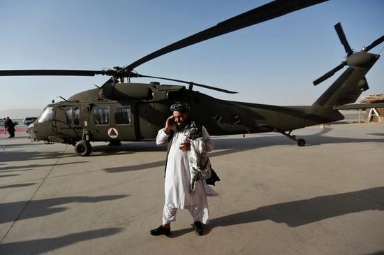 """图片:首批交付阿富汗空军的UH-60""""黑鹰""""直升机。"""