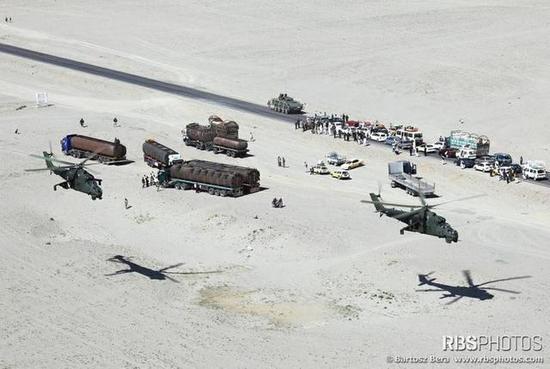 """图片:低空飞行的""""雌鹿""""武装直升机。"""
