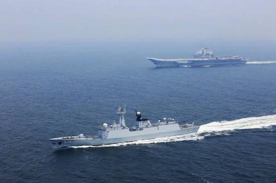 图说:今年7月,辽宁舰与烟台舰在台湾海峡某海域机动航行。