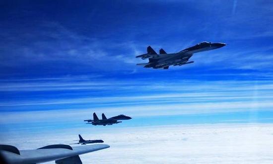 图注:空军歼-11战机护送轰-6K轰炸机赴远海训练。
