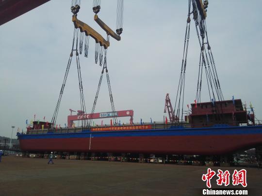 千吨级纯电动船在广船国际下水。 彭永桂 摄