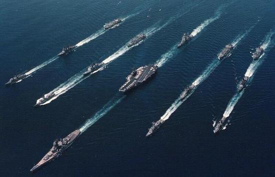 美军游弋在太平洋上的航母战斗群