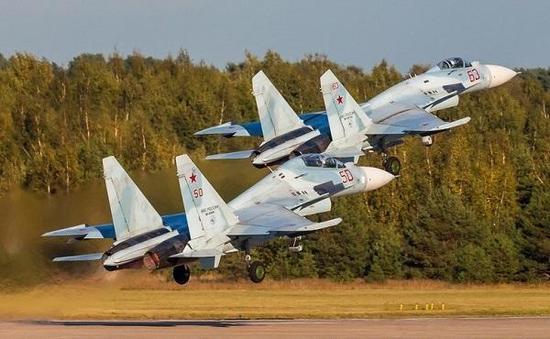 俄罗斯自己装备的苏-30M2,前面是苏-27SM战斗机