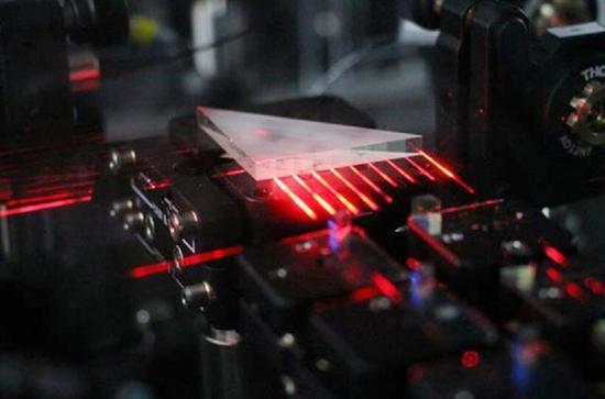 量子计算机研究实验装置的局部