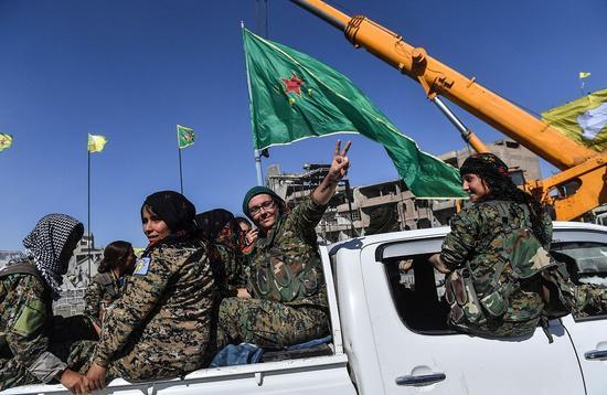 """""""叙利亚民主军""""庆祝完全控制拉卡 @视觉中国"""