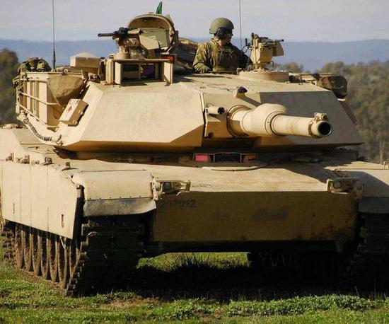 这款坦克没有履带和炮塔 直径10米形似圆木碾压对手