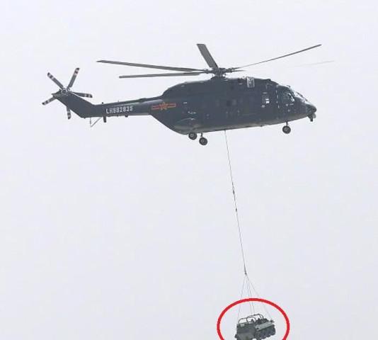 解放军空中突击旅接收直8G 机舱内为何要装一大铁罐