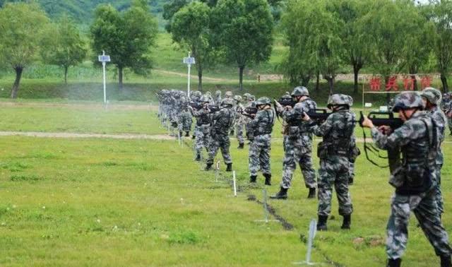 中国军队新变化:指挥员不配手枪直接肩挎短突击步枪