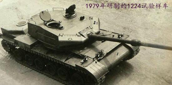 """图为70年代引进西方技术(英法德变速箱和动力包)基础上建造的""""三液""""坦克。"""