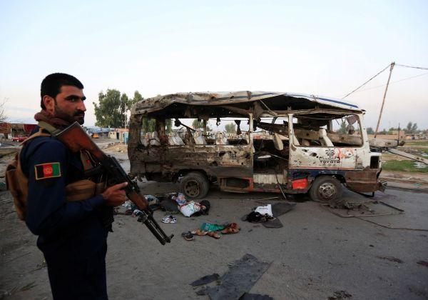 10月7日,在阿富汗賈拉拉巴德,警察查看炸彈襲擊事件現場。 新華社/路透