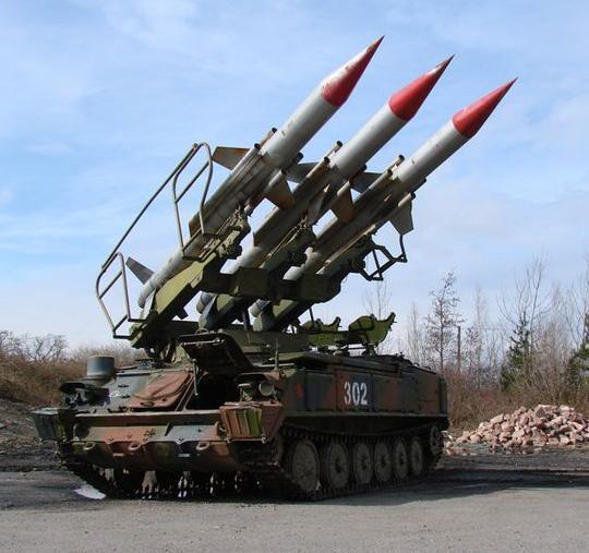 """图为起竖的2K12""""立方体""""(北约代号SA-6)防空导弹。"""