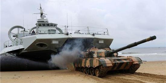 图片:运送96式主战坦克
