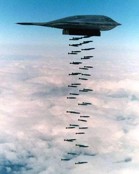 飞翼实现的高度翼身融合,带来的布局便利,使得飞机可以获得一个相对机身长度来说很长的弹舱设计。这对于未来将依托尺寸巨大的远程高超声速武器实现空基战略威慑的中国空军来说,当然是个重大利好