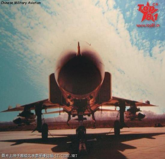 图片:歼-8G,2枚鹰击91很显眼