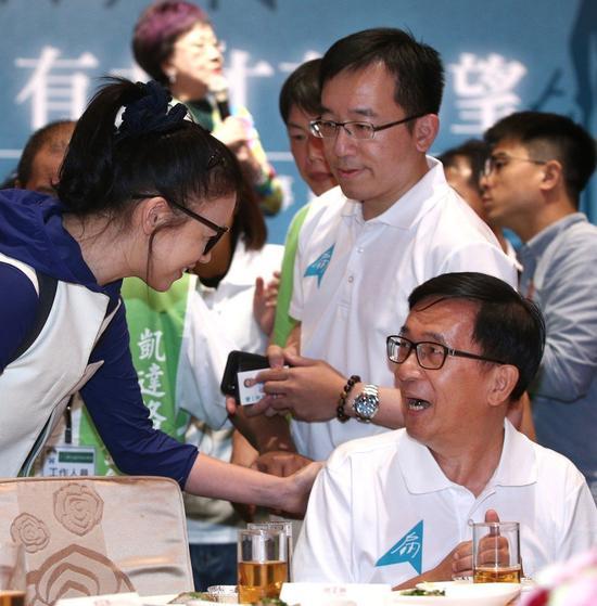 璩美凤(左) 和陈水扁(右)