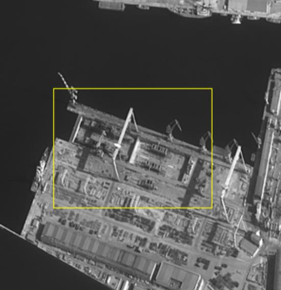 可见一艘055型驱逐舰的分段正在合拢