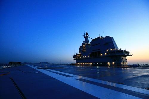 港媒:中国国产航母二次出海 歼15或在甲板上练复飞