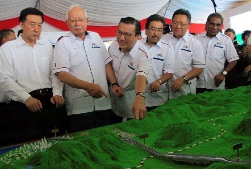 """马来西亚日益成为""""一带一路""""倡议的参与者。图为2017年纳吉布(左二)视察被认为是""""一带一路""""倡议重要项目的东海岸铁路项目。(路透社资料图片)"""