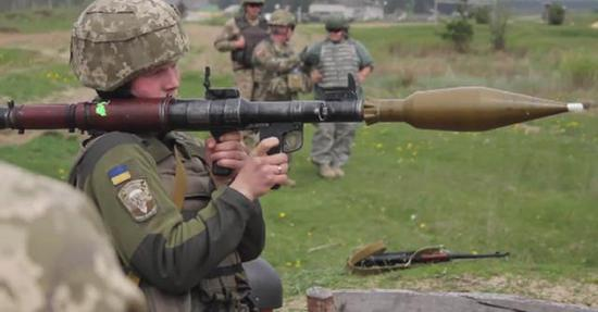 今天的RPG7火箭筒。便携反坦克武器很多都使用破甲弹原理