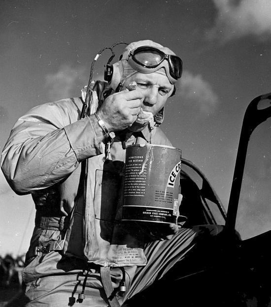 美军F4U战机不仅能打仗 还带专用挂架制作冰淇淋