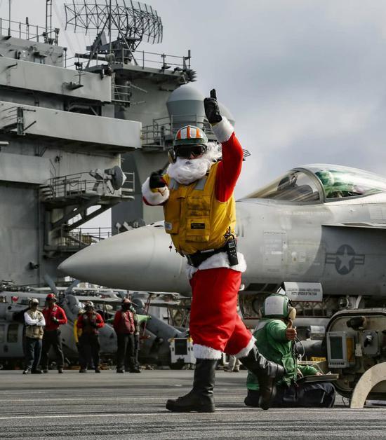 美军航母进入南海 水兵扮圣诞老