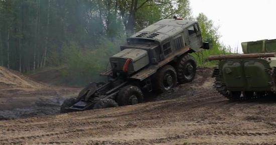 图为从沼泽中爬上土坡的MAZ-535军用越野车,具备极强的全地形通过力.