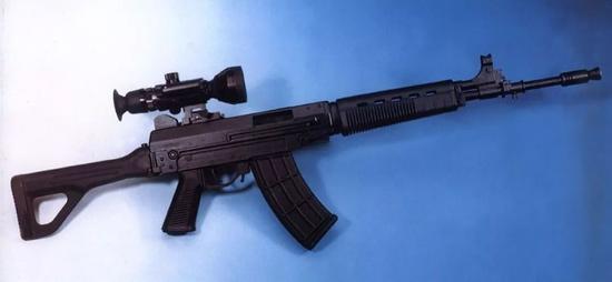 """△ 掛夜視瞄具的03,上下機匣結構的好處就是可以撐得住""""大號""""瞄具"""