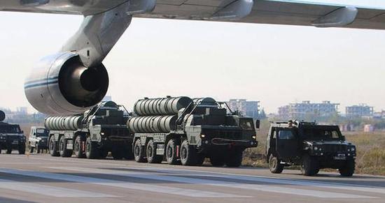 图为通过安-124运输机抵达叙利亚的S-400防空系统。可见安-124的机翼。
