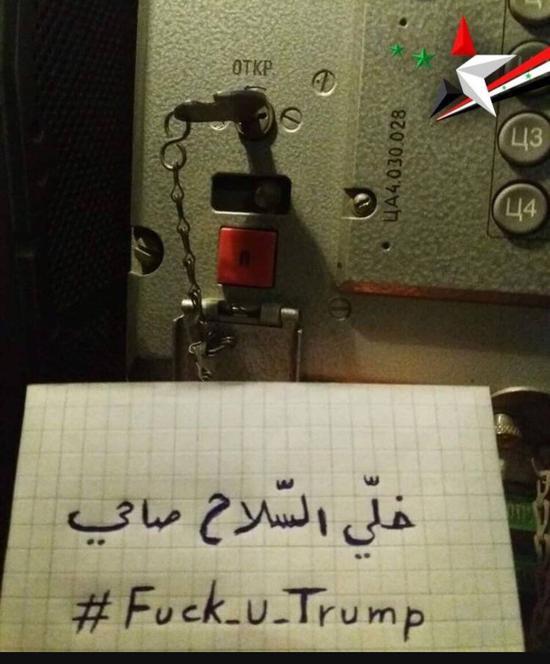 """一名叙利亚军官在""""道尔""""防空导弹指挥车内部拍下了保险打开的画面,他在纸上写的是:每个叙利亚人都将参加战斗 图源:社交媒体"""