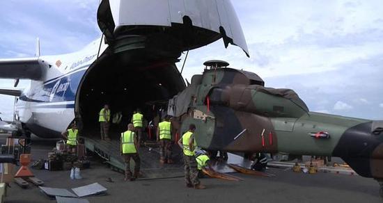 """图为运送法国""""虎""""武装直升机的安-124运输机。"""