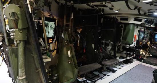 """图为""""美洲狮""""重型步兵战车的座舱,可见其内部空间也不甚宽裕。"""