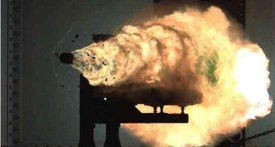 美国电磁炮试射时的场景