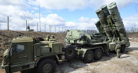 图为部署在叙赫梅明姆基地的S-400防空导弹。该弹未在空袭中迎击。
