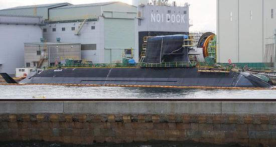 """图为神户造船厂内正在建造的海上自卫队SS-509""""清龙""""号常规潜艇。"""