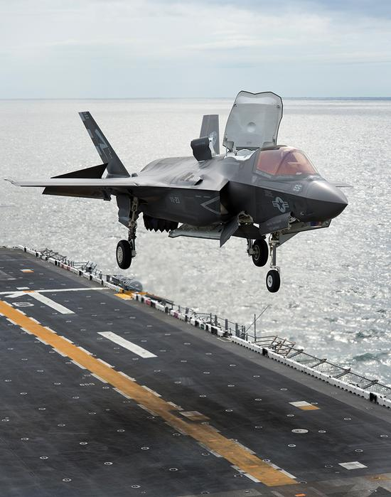 """在美国海军""""黄蜂""""号两栖攻击舰上降落的F-35B战斗机"""
