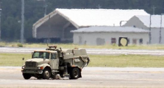 """正当F-35""""跪着""""时,一辆垃圾清扫车慢慢悠悠地驶过跑道"""