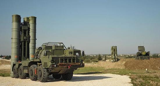 图为部署在叙利亚的俄防空导弹部队。