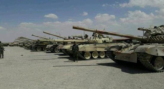图为列队的被缴获坦克。其中不仅包括叙利亚的T-72U,甚至还有来自伊拉克的69-II。