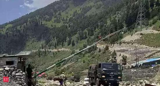印媒:中印军队在飞机坦克掩护下持续对峙 仅距几百米