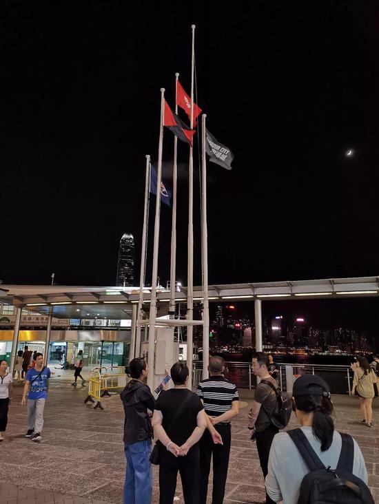 旗桿上的國旗已被拆下。楊升/攝