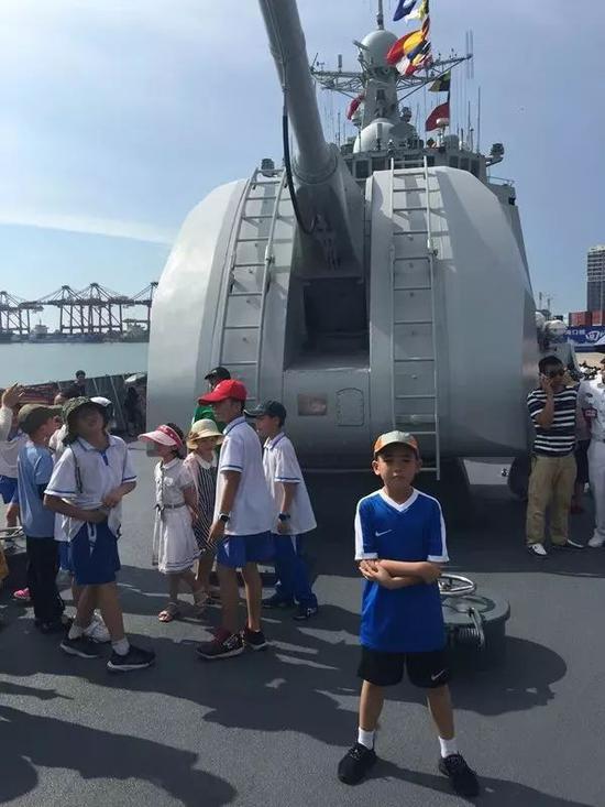 王晓夫在海口舰主炮前留影