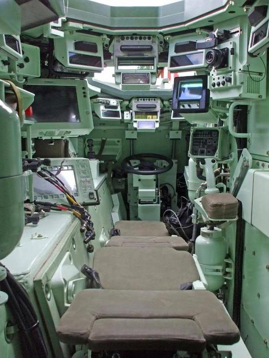 法军大八轮堪称数字化步兵战车 显控终端均属屏显