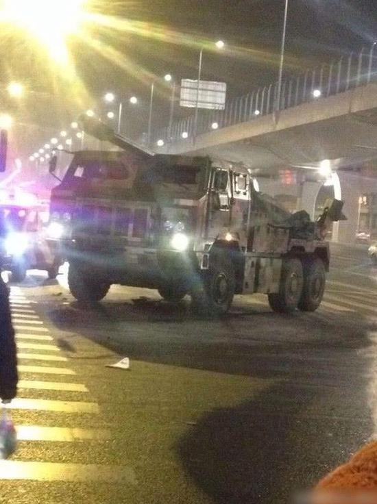 网友拍摄到的155毫米新型车载加榴炮。