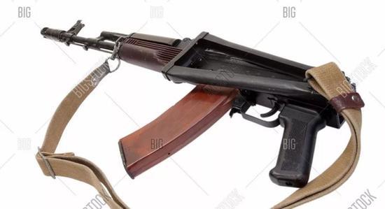 △ 正版AK步槍的快慢機、拋殼窗、拉機柄都在右面,所以它采用了左折疊槍托