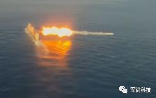 F/A-18E战机上拍摄的战术战斧巡航导弹击中目标靶船的影像