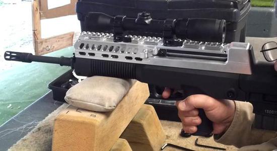 图为更换了铝合金上机匣的T97(QBZ97)步枪。